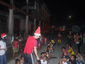 Frigg-damene bruker jula på gatebarn på Filippinene